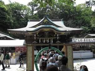 江島神社、辺津宮。茅の輪をくぐり穢れを落とします。