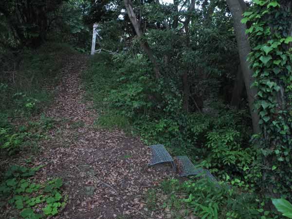 鉄塔の手前の階段を降りていきます。