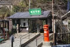 ドラマでは長倉家の最寄駅として設定されている極楽寺駅。本当は長倉家の場所なら長谷駅を使いますが、撮影のしやすさや絵面で選ばれたのでしょう。