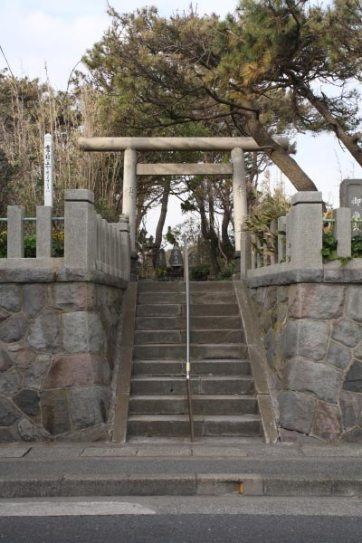 由比ヶ浜の海岸近くにある御嶽神社(おんたけじんじゃ)。