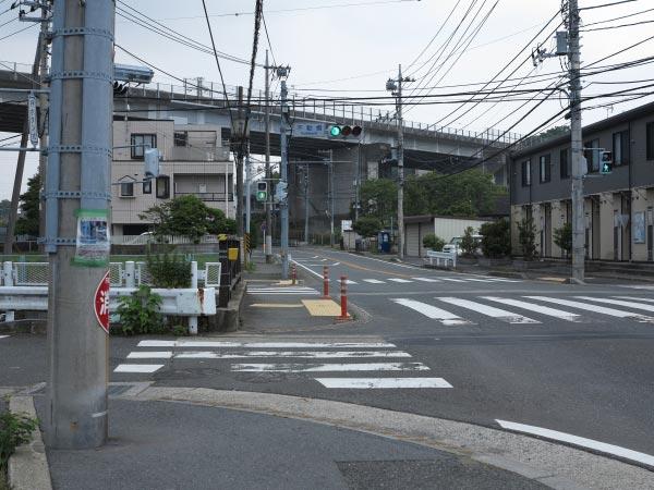 不動橋交差点付近の景観。手前の道を左に入ります。