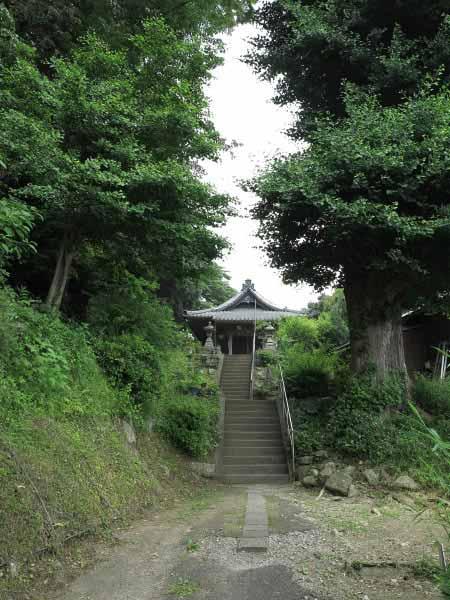 不動滝を過ぎて上っていくと、緑に囲まれた御堂がみえてきます。
