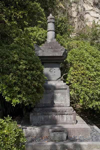 安養院の宝篋印塔。