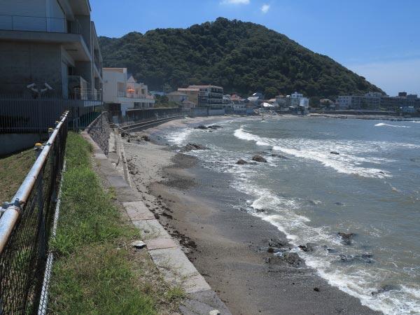 森戸大明神境内の左手(西方)にある浜。先の写真は名島方面を、この写真は逆方面を写しています。