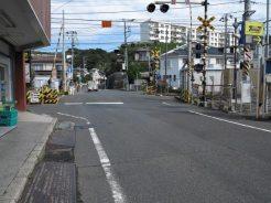 神武寺表参道にいくにはJR「東逗子駅」のホーム、逗子駅側の踏切を渡ります。