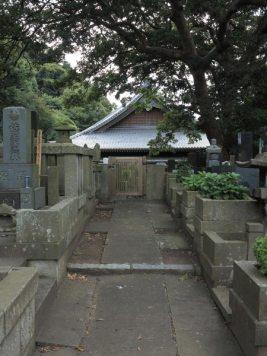 常立寺の裏にある墓地からは隣接する本蓮寺に入ることができます。