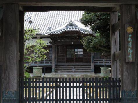 山門からみる本蓮寺境内。