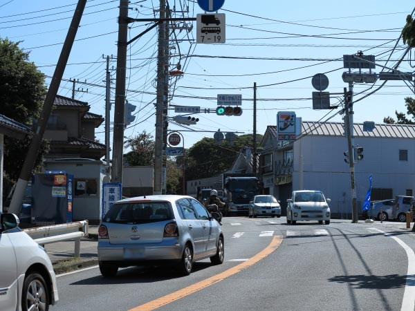 三浦十二天(十二所神社)に芦名バス停からいく場合、大楠小学校入口信号を右にいきます。