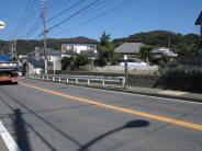 大楠小学校入口信号の手前に「芦名」バス停があります。