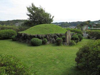 仏行寺の源太塚。山の上にあります。仏行寺の源太塚。山の上にあります。