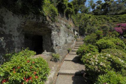仏行寺本堂の左側から本堂背後の山へと上る途中、やぐらがあります。