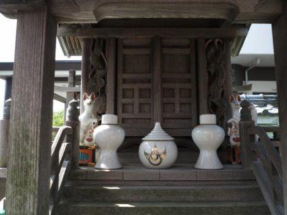 東漸寺境内、お稲荷様の社。