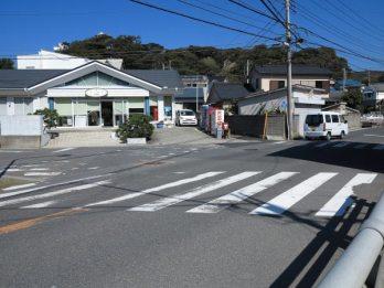 芦名バス停から下って来たらこの交差点を写真左側にいきます。