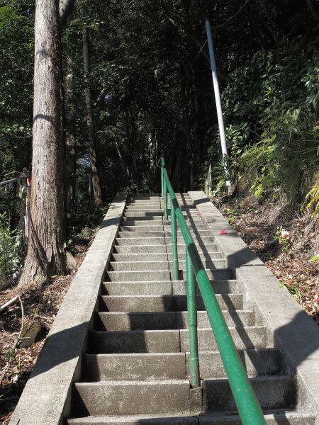 浄明寺の熊野神社。なかなか急な階段です。