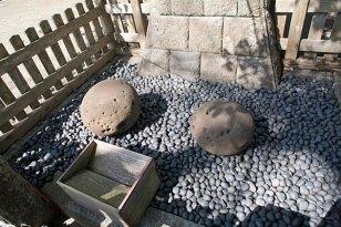 「権五郎力餅」の由来となった鎌倉権五郎景政の手玉石と袂石。