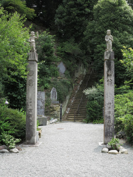 称名寺本堂を過ぎて今泉不動へと向かいます。