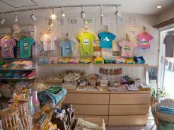 PEPE&KEIKIの店内。こちら側はオリジナルTシャツや湘南に住む作家さんたちの商品などが並んでいます。