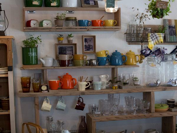 HMTの店内。カップやグラスなどが並んだコーナー。