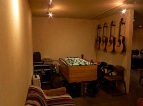 univibe店内の奥にある部屋にはホッケーゲームやギターが置かれています。