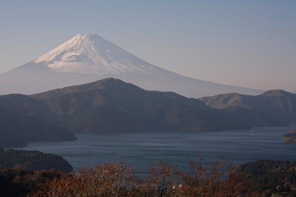 朝靄の芦ノ湖。秋らしい色合いです。
