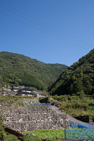 越えてきた山と美しい山間の集落。