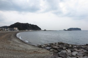 真鶴岬を船出した頼朝が上陸した猟島の海岸。現在の千葉県安房郡鋸南町竜島。房総半島の南にあります。