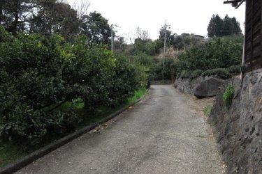 ねじり畑(佐奈田与一義忠討死の地)をすぎて文三堂へと向かいます。すぐ近くです。
