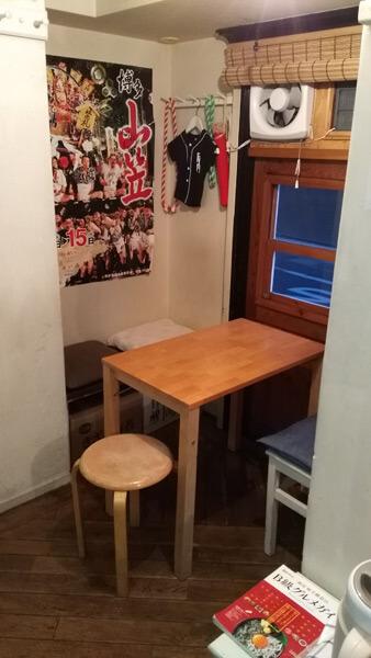 袈裟丸家の店内。十坪程の店にはカウンター5席とテーブルが1つ。