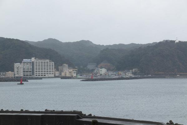 千葉、鴨川の海と山。山麓あたりに、日蓮生誕地に創建された誕生寺の堂宇がみえます。