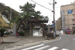 誕生寺、総門。