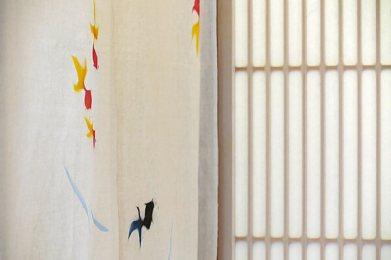 「和喫茶 金魚の栖」には、金魚グッズが色々あります。金魚の暖簾と格子の写真をレタッチしてイメージを一枚。