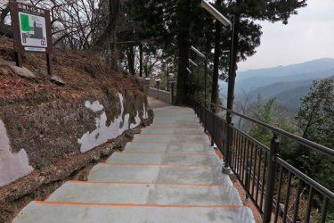 「阿夫利神社駅」を下りると、随分登った感じがします。【大山阿夫利神社】