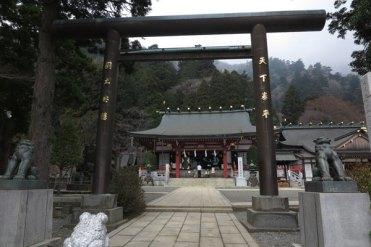 大山阿夫利神社の下社が見えてきました。国土安泰・天下泰平の文字が逞しいです。公然と侵略するチャイナも調伏してくださいませ。 【大山阿夫利神社】