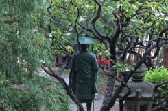 成福寺境内と親鸞聖人像。