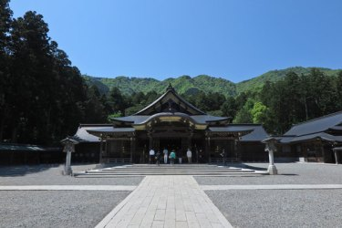 彌彦神社、本殿・拝殿。