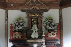 国上寺、六角堂。源義経自作の大黒天を祀ります。