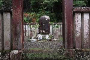 修禅寺。指月殿にある源頼家の墓。