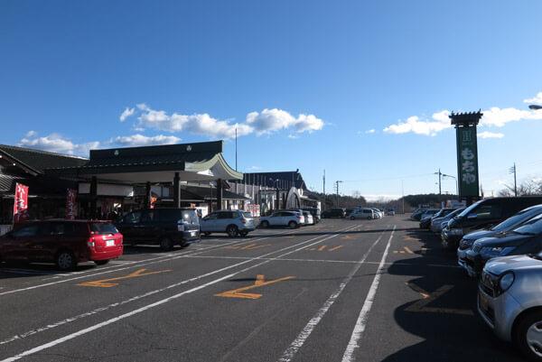「富士の巻狩り」の石碑は、もちやレストランの敷地内にあり、背後は小さな遊園地やゴルフ場になってしまっています。