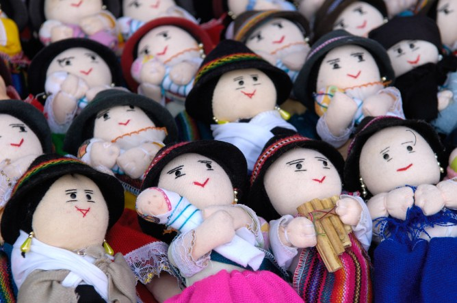 ECUADOR. OTAVALO. Mercado de artesanía.