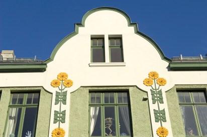 NORUEGA. FIORDOS. ÅLESUND. Detalle de una fachada modernista.