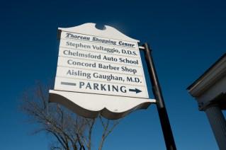 Cartel del Thoreau Shopping Center en el centro de Concord.