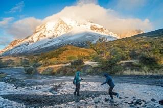 Senderistas cruzando el río.