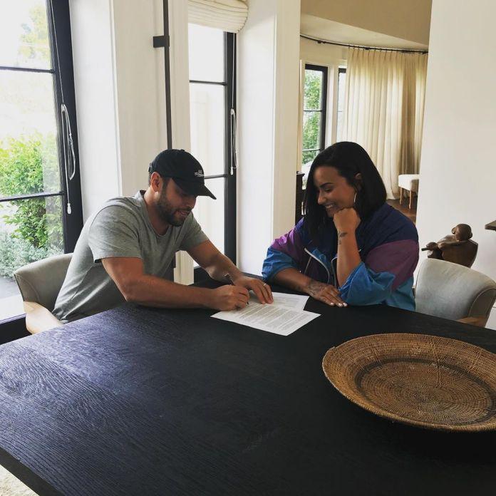 Demi & Scooter pri podpisovaní zmluvy.