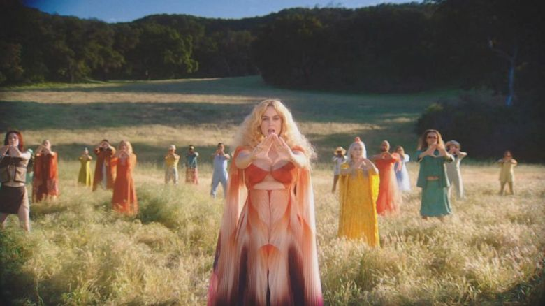 V novom klipe sa vrátila do éry hippies.