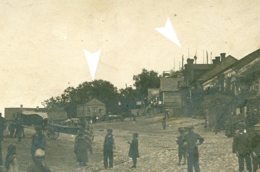 Першая фатаграфія з гэтым хаткай, зробленая паміж 1912 і 1914 гадамі. Стрэлка справа паказвае на будаўнічыя рыштаванні царквы. З архіва Марыі Янішэўскай
