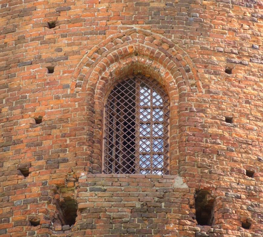 Стрельчатый проём - вход в башню