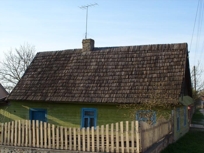 Дом с деревянной крышей на перекрёстке улиц 1 Мая и Советской