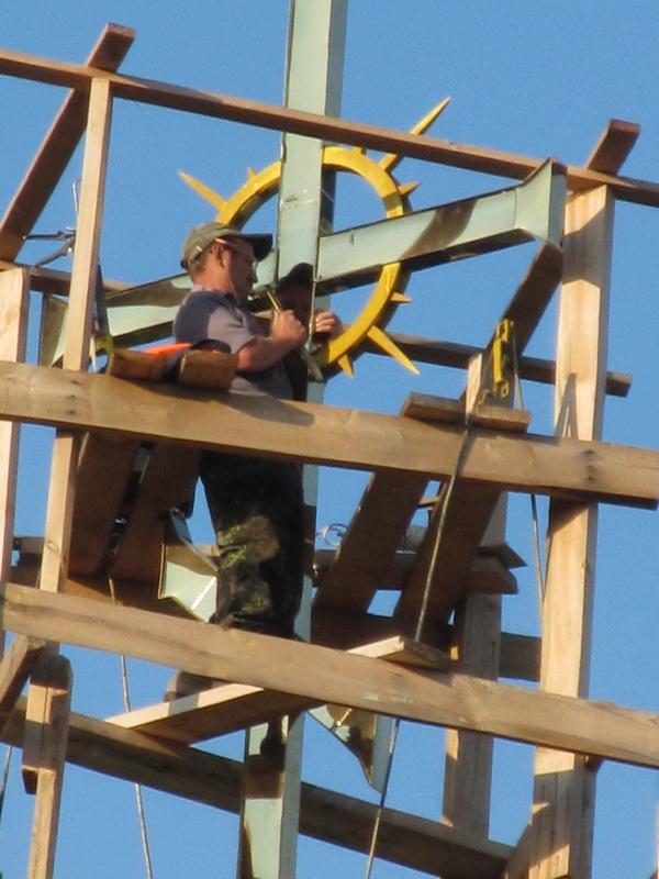 Работы по золочению креста на звоннице