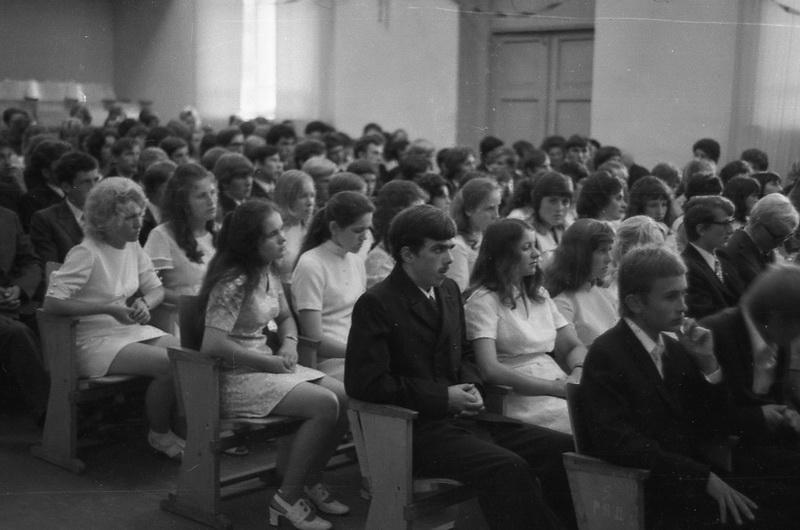 Першыя выпускнікі на ўручэнні атэстатаў у гарадскім Доме культуры, 1975 год