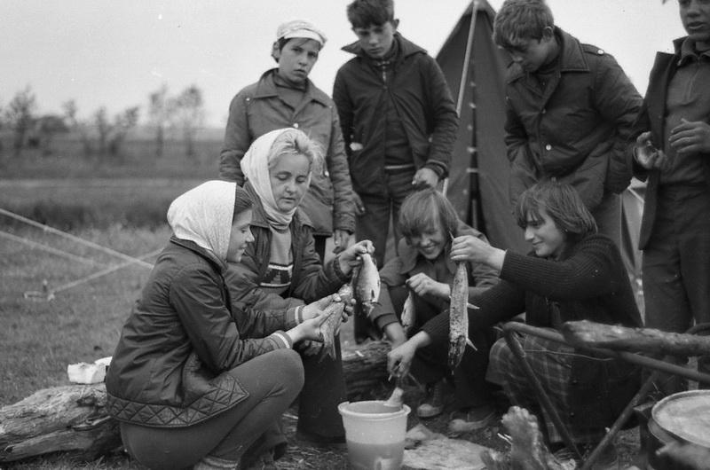 Майя Константиновна Марчук в традиционном турпоходе с учениками, 1975 год